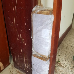 Cách đặt hộp nhử mối vào khung bao cửa gỗ